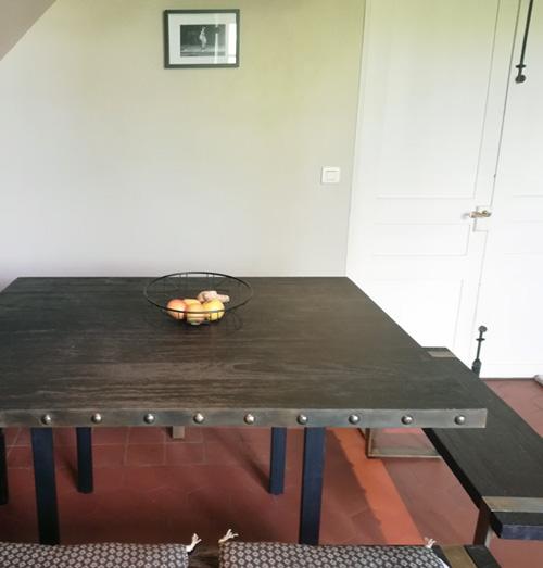 Table en teck bois brulé noir et métal