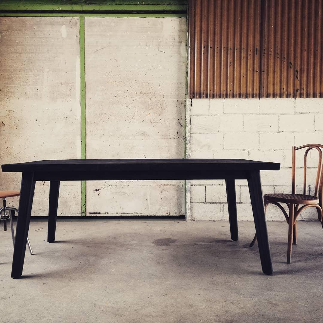 Table japandi bois brukle noir teck massif live edge