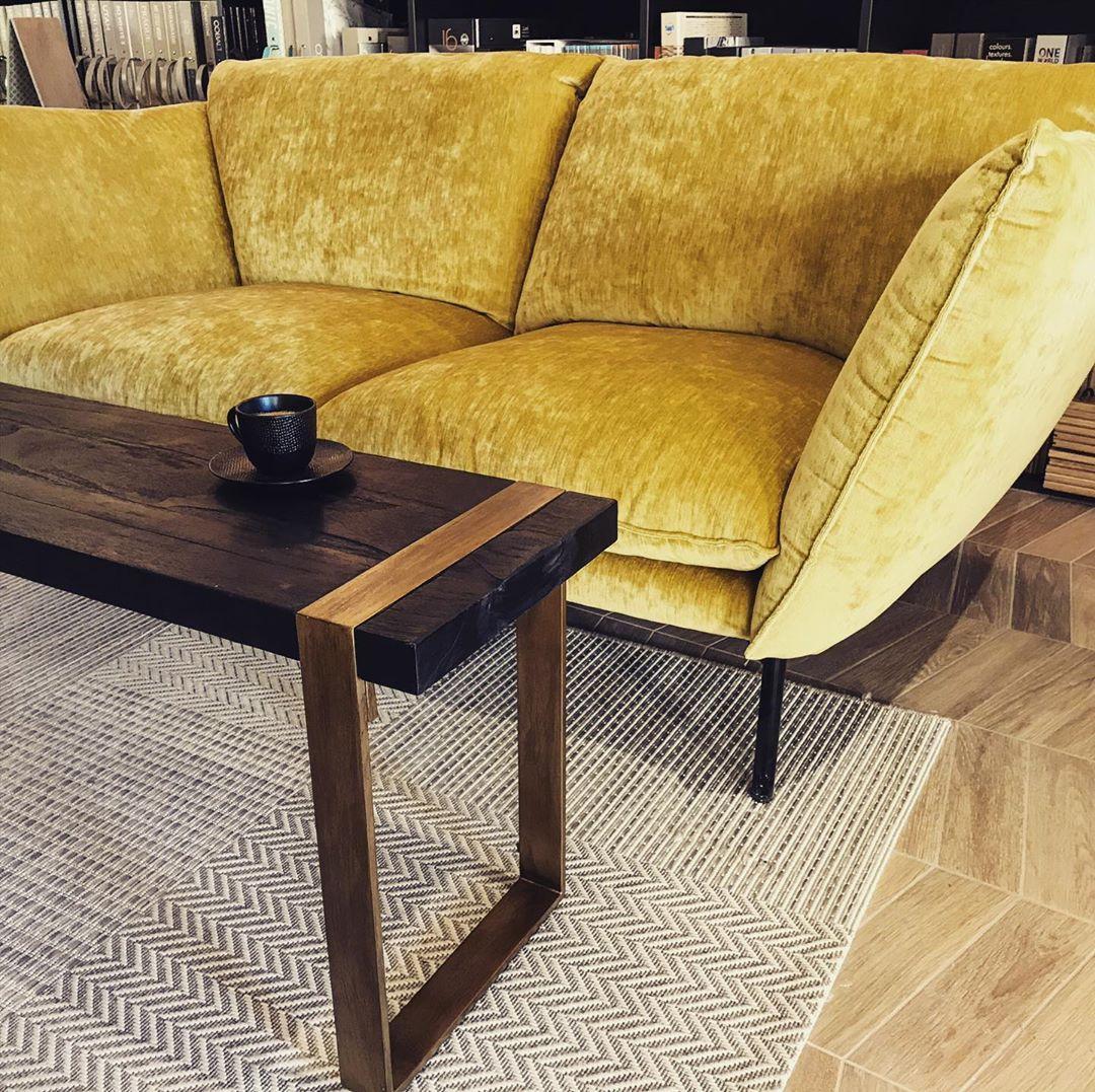 canape sur mesure velour doré banc teck table basse noire