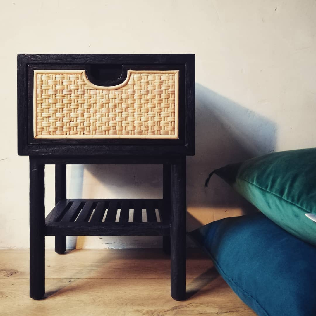 table de chevet bois brule noir et rotin naturel