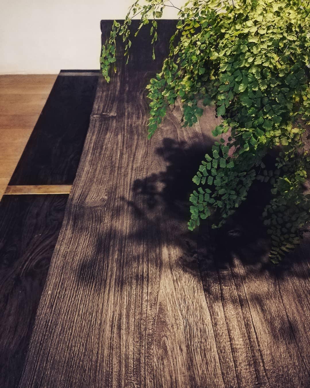 table japandi bois brulé noir shou sugi ban