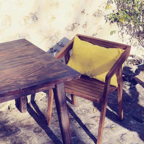 Table-de-repas-table-a-manger-bois-brûlé-marron-noyer-yakisugi-shou-sugi-ban-live-edge-bords-naturels