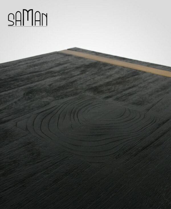 Table basse en bois brûlé noir shou sugi ban, pied en acier doré et incrustation de bois de bout