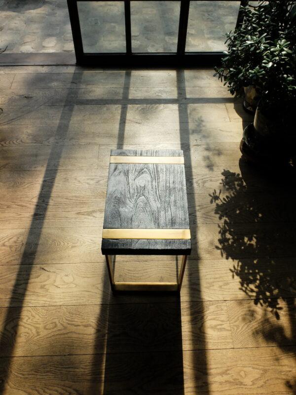 bout-de-canapé-table-appoint-tabouret-bois-brulé-noir-doré-pieds-métal-shou-sugi-ban