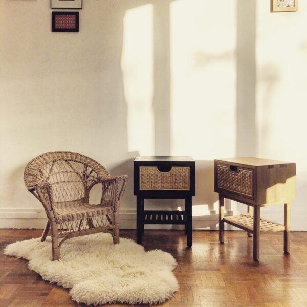 tabe-de-nuit-chevet-bois-clair-noir-rotin-vintage-petite-table-tiroir.jpg