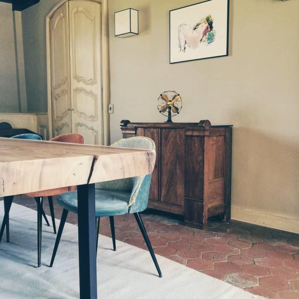 table-suar-live-edge-organique-clair-bois-massif-table-de-repas-a-manger-exotique