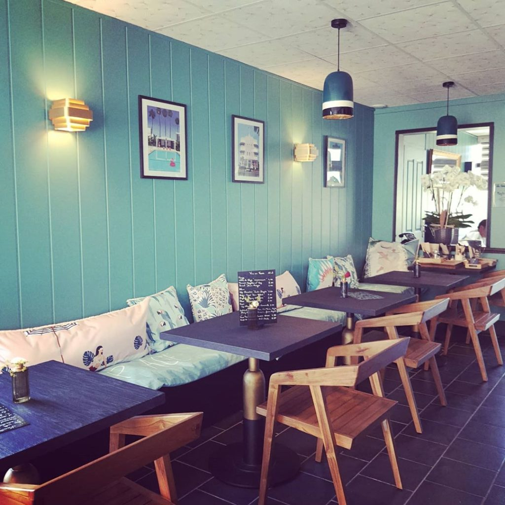 mobilier-sur-mesure-restaurant-table-bois-brule-shou-sugi-ban-fauteuil-table